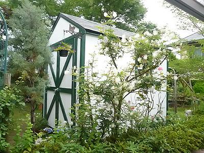 キットガレージで作る自慢の庭に溶け込む物置